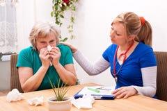 En doktor med höga förkylningar Arkivbilder