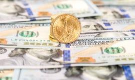 En dollar mynt som ligger över sedlar för pappers- valuta Royaltyfri Foto