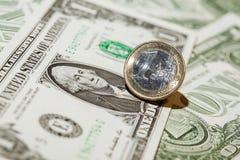 En dollar sedlar och euromynt Royaltyfri Fotografi