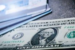 En dollar sedlar på en svart tabell med kreditkortar Kontanta pengaramerikandollar för prydnadpapper för bakgrund geometrisk gamm Fotografering för Bildbyråer
