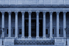 En domstol för offentlig lag i Lyon, Frankrike, med neoclassical kolonner för en kolonnadcorinthianstil - i blått färga signalen royaltyfri foto