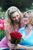 En dotter och en moder på trevlig dag royaltyfri bild