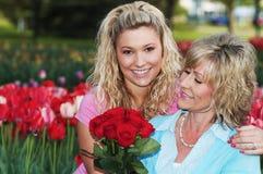 En dotter och en moder på trevlig dag royaltyfri foto
