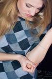 En douleur, fixation de jeune femme son coude photos stock