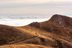 En drömlik bergplats med molnräkningen på en bergkulle PA Royaltyfria Foton