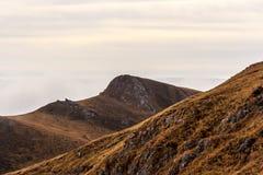 En drömlik bergplats med molnräkningen på en bergkulle PA Fotografering för Bildbyråer