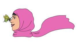 En drömlik muslimsk kvinna med en fjäril på hennes näsa Royaltyfri Foto