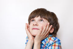 En drömma pojke omkring sex år Royaltyfri Bild