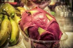 En Dragonfruit på marknadsplatsen royaltyfria bilder
