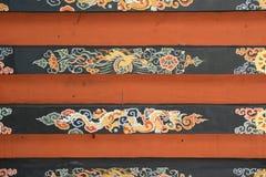 En drake, en phoenix och olika modeller målas på taket av en tempel (Bhutan) royaltyfri bild