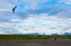 En drake som drar enbyggd barnvagn längs stranden på homeren alaska Royaltyfria Bilder