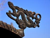 En drakeskulptur på en kinesisk rökelsekar Royaltyfri Fotografi