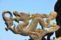 En drakeskulptur på en kinesisk rökelsekar arkivbild