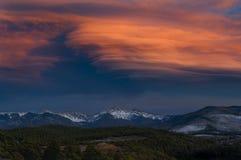 En dramatisk solnedgång tänder upp himlen över Sangren de Cristo Berg royaltyfri bild