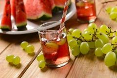 En drink av vattenmelon och druvor med iskuber Arkivfoton