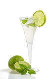 En drink med limefrukt och minten i ett champagneexponeringsglas arkivfoto