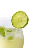 En drink med limefrukt och minten i ett wineexponeringsglas royaltyfria foton