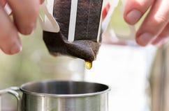 En droppe av kaffe Utstötningspackefilter royaltyfri fotografi