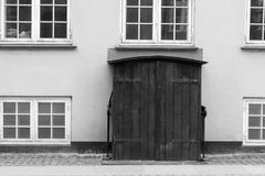 En dubbel dörröppning som fotograferas i svartvitt Windows surrou arkivfoton