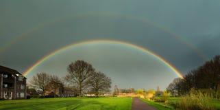 En dubbel regnbåge över Helmond Brouwhuis Arkivfoton