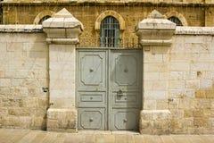 En dubblett doored stålporten in i en egenskap i den arabiska fjärdedelnollan royaltyfri bild