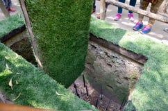 En dumskalle - fälla med bambugrova spikar på Cuchien gräver Arkivfoto