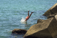En dyk in i havet av en modig pojke Fotografering för Bildbyråer