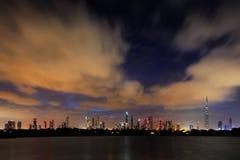 En dynamisk horisont av Dubai, UAE på gryning Fotografering för Bildbyråer