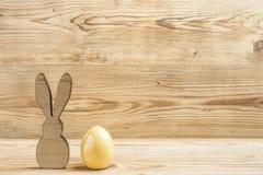 En easter kanin och ett easter ägg Arkivbild