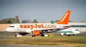 En Easyjet flygbuss A320-200 som åker taxi på flygplatsen för Milan ` s Linate Arkivfoton