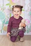 1 en een een half meisje van de éénjarigenbaby binnen Royalty-vrije Stock Foto's