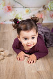 1 en een een half meisje van de éénjarigenbaby binnen Stock Foto