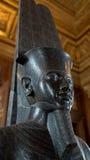 En egyptisk skulptur på skärm i Louvre, Paris, Frankrike Royaltyfria Foton