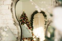 En el árbol de navidad del espejo de la reflexión Fotos de archivo