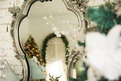 En el árbol de navidad del espejo de la reflexión Fotografía de archivo