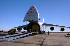 AN-124 en el aeropuerto de Yubileiny Imagen de archivo