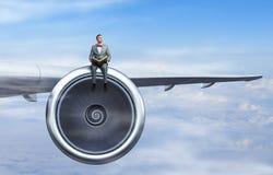 En el ala del aeroplano del vuelo Técnicas mixtas Foto de archivo libre de regalías