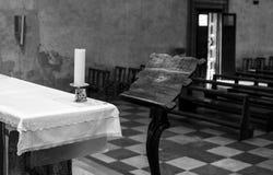 En el altar de la iglesia Fotografía de archivo libre de regalías