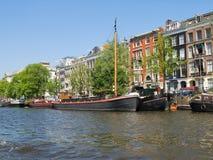 En el banco del canal en Amsterdam Imagenes de archivo