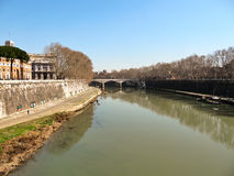 En el banco del Tíber en Roma Imagenes de archivo
