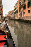 En el barco de la góndola de Venecia Foto de archivo libre de regalías