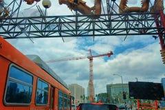 En el borde de Chinatown en Broadway que mira detrás Los Ángeles céntrico Fotografía de archivo