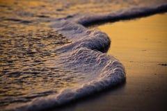 En el borde del agua fotos de archivo