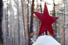 En el bosque en el cementerio olvidado viejo entierran al soldado de ejército rojo soviético del ejército en la estrella roja de  Foto de archivo libre de regalías