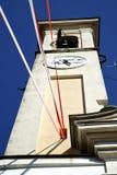 En el caiello viejo el día soleado de la campana de la torre de la pared y de iglesia Foto de archivo libre de regalías