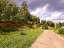 En el camino con las nubes Imagenes de archivo