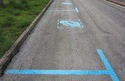 En el camino hay una marca sobre el estacionamiento pagado de coches Foto de archivo libre de regalías
