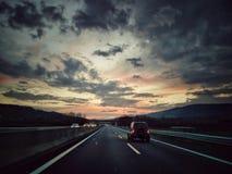 En el camino en la oscuridad imagenes de archivo