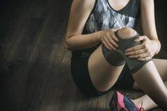 En el camino a la recuperación para la lesión de rodilla, ejercicio de la aptitud imágenes de archivo libres de regalías