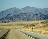 En el camino a las montañas Fotos de archivo